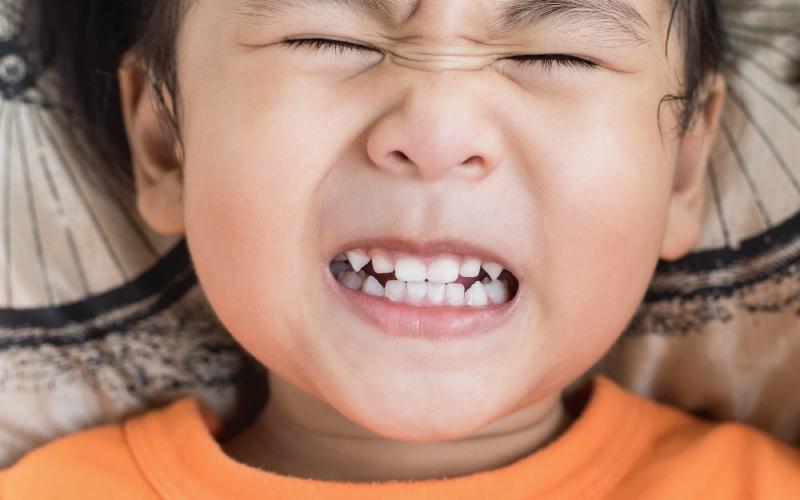 Почему ребенок скрипит зубами ночью во сне